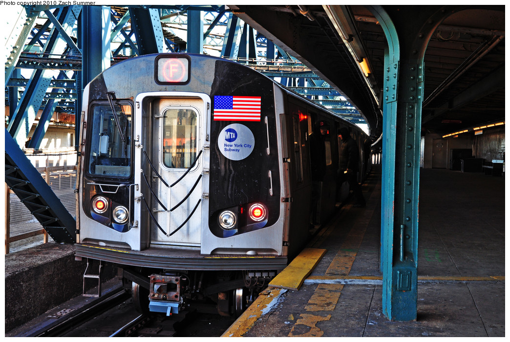 (324k, 1044x700)<br><b>Country:</b> United States<br><b>City:</b> New York<br><b>System:</b> New York City Transit<br><b>Line:</b> IND Crosstown Line<br><b>Location:</b> Smith/9th Street <br><b>Route:</b> F<br><b>Car:</b> R-160B (Option 1) (Kawasaki, 2008-2009)  9203 <br><b>Photo by:</b> Zach Summer<br><b>Date:</b> 1/6/2010<br><b>Viewed (this week/total):</b> 1 / 1642