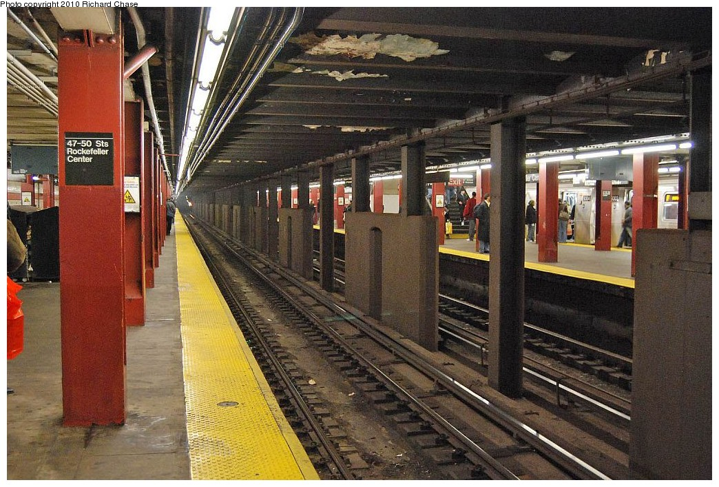 (260k, 1044x707)<br><b>Country:</b> United States<br><b>City:</b> New York<br><b>System:</b> New York City Transit<br><b>Line:</b> IND 6th Avenue Line<br><b>Location:</b> 47-50th Street/Rockefeller Center <br><b>Photo by:</b> Richard Chase<br><b>Date:</b> 12/27/2009<br><b>Notes:</b> Platform view.<br><b>Viewed (this week/total):</b> 1 / 1327
