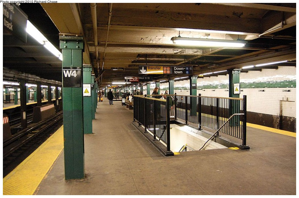 (219k, 1044x692)<br><b>Country:</b> United States<br><b>City:</b> New York<br><b>System:</b> New York City Transit<br><b>Line:</b> IND 8th Avenue Line<br><b>Location:</b> West 4th Street/Washington Square <br><b>Photo by:</b> Richard Chase<br><b>Date:</b> 12/27/2009<br><b>Viewed (this week/total):</b> 0 / 1236