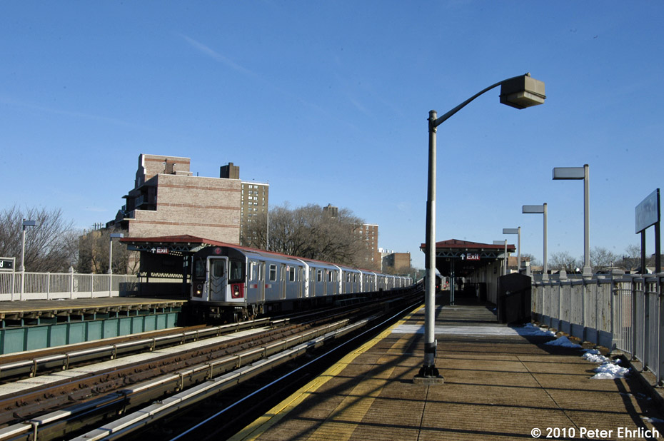 (168k, 930x618)<br><b>Country:</b> United States<br><b>City:</b> New York<br><b>System:</b> New York City Transit<br><b>Line:</b> IRT Pelham Line<br><b>Location:</b> Middletown Road <br><b>Route:</b> 6<br><b>Car:</b> R-142A (Primary Order, Kawasaki, 1999-2002)  7335 <br><b>Photo by:</b> Peter Ehrlich<br><b>Date:</b> 1/6/2010<br><b>Notes:</b> Inbound<br><b>Viewed (this week/total):</b> 1 / 973