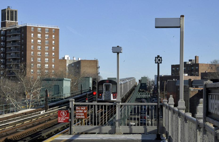 (177k, 930x601)<br><b>Country:</b> United States<br><b>City:</b> New York<br><b>System:</b> New York City Transit<br><b>Line:</b> IRT Pelham Line<br><b>Location:</b> Middletown Road <br><b>Route:</b> 6<br><b>Car:</b> R-142A (Option Order, Kawasaki, 2002-2003)  7645 <br><b>Photo by:</b> Peter Ehrlich<br><b>Date:</b> 1/6/2010<br><b>Notes:</b> Outbound<br><b>Viewed (this week/total):</b> 2 / 791