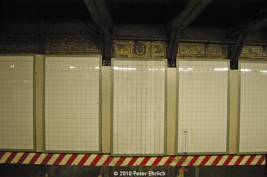 (163k, 930x618)<br><b>Country:</b> United States<br><b>City:</b> New York<br><b>System:</b> New York City Transit<br><b>Line:</b> BMT Canarsie Line<br><b>Location:</b> Union Square <br><b>Photo by:</b> Peter Ehrlich<br><b>Date:</b> 1/6/2010<br><b>Viewed (this week/total):</b> 0 / 904
