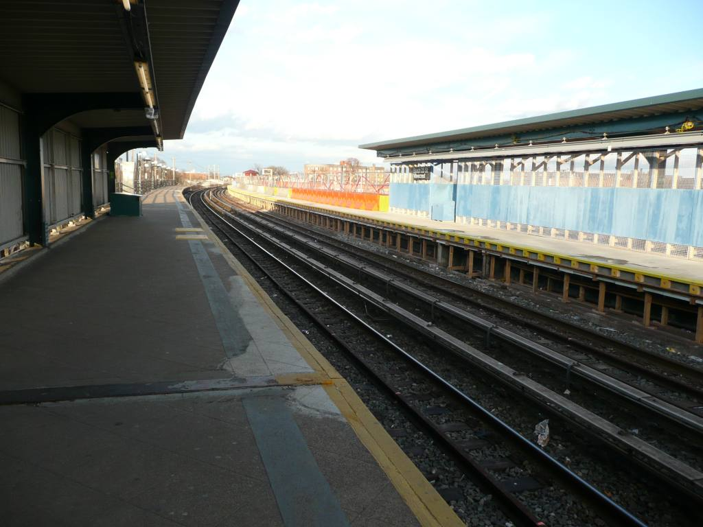 (113k, 1024x768)<br><b>Country:</b> United States<br><b>City:</b> New York<br><b>System:</b> New York City Transit<br><b>Line:</b> IND Rockaway<br><b>Location:</b> Beach 25th Street/Wavecrest <br><b>Photo by:</b> Robbie Rosenfeld<br><b>Date:</b> 1/26/2010<br><b>Notes:</b> Platform view.<br><b>Viewed (this week/total):</b> 0 / 838
