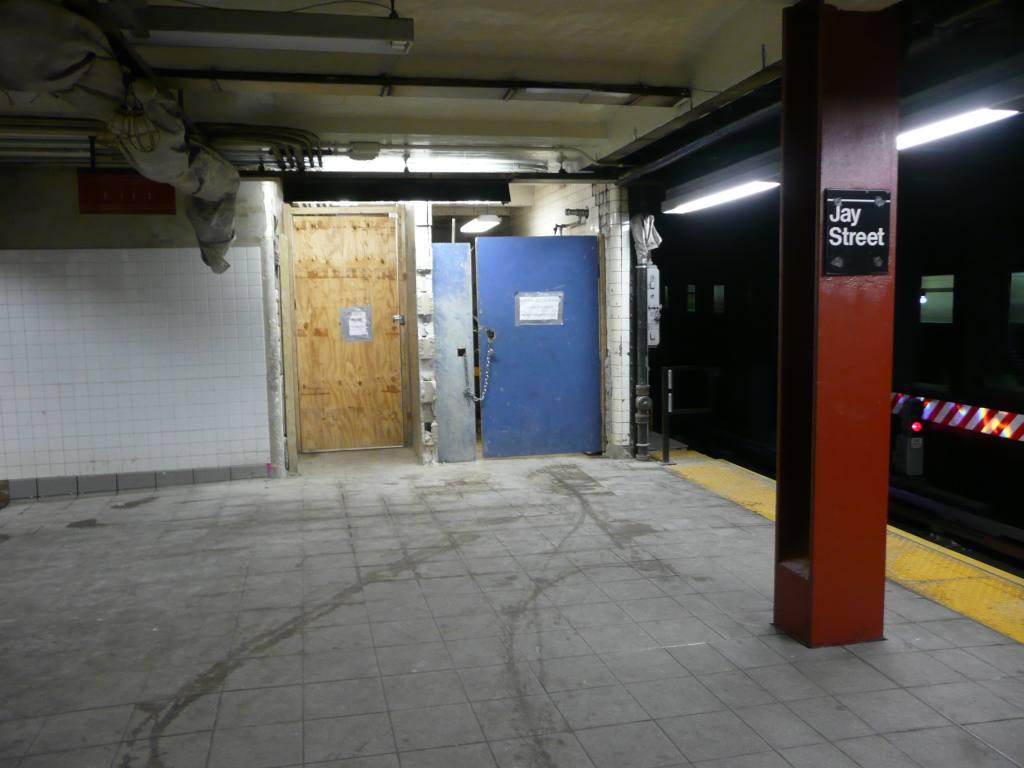 (96k, 1024x768)<br><b>Country:</b> United States<br><b>City:</b> New York<br><b>System:</b> New York City Transit<br><b>Line:</b> IND 8th Avenue Line<br><b>Location:</b> Jay St./Metrotech (Borough Hall) <br><b>Photo by:</b> Robbie Rosenfeld<br><b>Date:</b> 1/26/2010<br><b>Notes:</b> Garbage room on left- new transfer on right?<br><b>Viewed (this week/total):</b> 2 / 1395