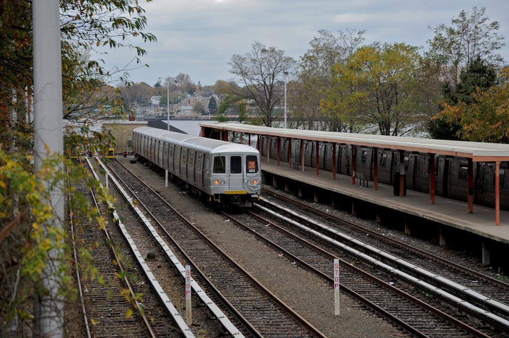 (330k, 1024x681)<br><b>Country:</b> United States<br><b>City:</b> New York<br><b>System:</b> New York City Transit<br><b>Line:</b> SIRT<br><b>Location:</b> Tottenville <br><b>Car:</b> R-44 SIRT (St. Louis, 1971-1973) 404 <br><b>Photo by:</b> Richard Panse<br><b>Date:</b> 10/30/2009<br><b>Viewed (this week/total):</b> 3 / 1195