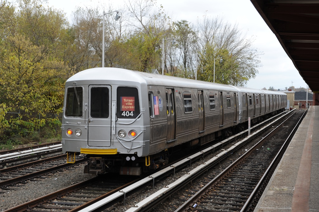 (319k, 1024x681)<br><b>Country:</b> United States<br><b>City:</b> New York<br><b>System:</b> New York City Transit<br><b>Line:</b> SIRT<br><b>Location:</b> Tottenville <br><b>Car:</b> R-44 SIRT (St. Louis, 1971-1973) 404 <br><b>Photo by:</b> Richard Panse<br><b>Date:</b> 10/30/2009<br><b>Viewed (this week/total):</b> 0 / 1369