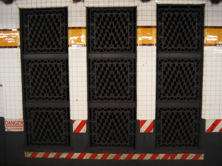(65k, 750x562)<br><b>Country:</b> United States<br><b>City:</b> New York<br><b>System:</b> New York City Transit<br><b>Line:</b> IND Crosstown Line<br><b>Location:</b> 15th Street/Prospect Park <br><b>Photo by:</b> Robbie Rosenfeld<br><b>Date:</b> 3/30/2005<br><b>Viewed (this week/total):</b> 0 / 2414