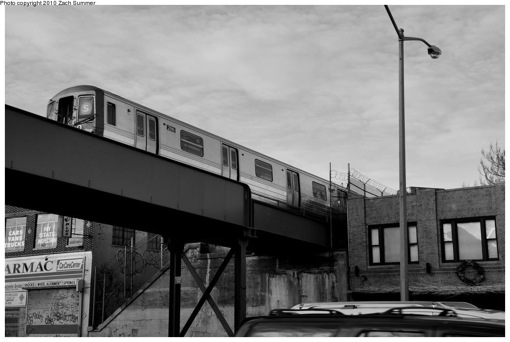 (157k, 1044x700)<br><b>Country:</b> United States<br><b>City:</b> New York<br><b>System:</b> New York City Transit<br><b>Line:</b> BMT Franklin<br><b>Location:</b> Atlantic Ave. Bridge <br><b>Route:</b> Franklin Shuttle<br><b>Car:</b> R-68 (Westinghouse-Amrail, 1986-1988)  2916 <br><b>Photo by:</b> Zach Summer<br><b>Date:</b> 1/10/2010<br><b>Viewed (this week/total):</b> 6 / 2259