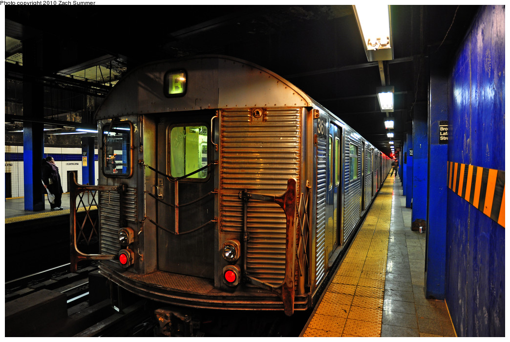 (272k, 1044x700)<br><b>Country:</b> United States<br><b>City:</b> New York<br><b>System:</b> New York City Transit<br><b>Line:</b> IND 6th Avenue Line<br><b>Location:</b> Broadway/Lafayette <br><b>Route:</b> B<br><b>Car:</b> R-32 (Budd, 1964)  3611 <br><b>Photo by:</b> Zach Summer<br><b>Date:</b> 1/13/2010<br><b>Viewed (this week/total):</b> 0 / 1642