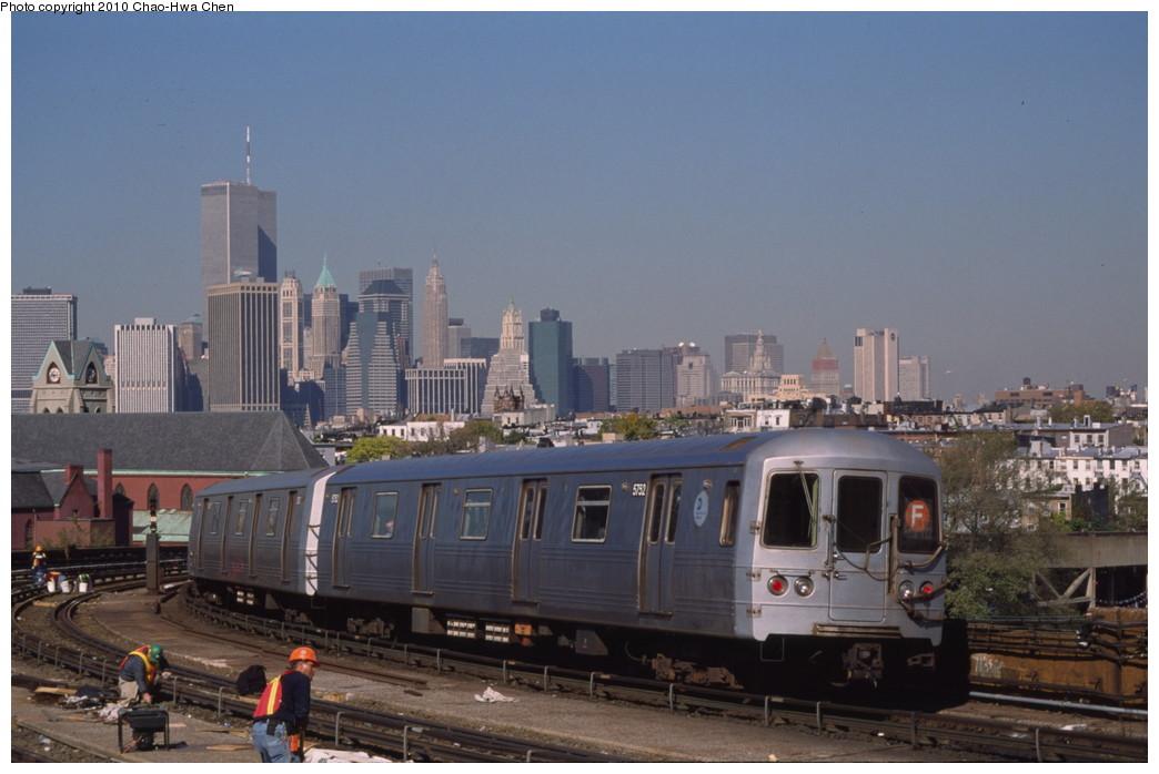 (161k, 1044x698)<br><b>Country:</b> United States<br><b>City:</b> New York<br><b>System:</b> New York City Transit<br><b>Line:</b> IND Crosstown Line<br><b>Location:</b> Smith/9th Street <br><b>Route:</b> F<br><b>Car:</b> R-46 (Pullman-Standard, 1974-75) 5752 <br><b>Photo by:</b> Chao-Hwa Chen<br><b>Date:</b> 10/20/2000<br><b>Viewed (this week/total):</b> 3 / 1536