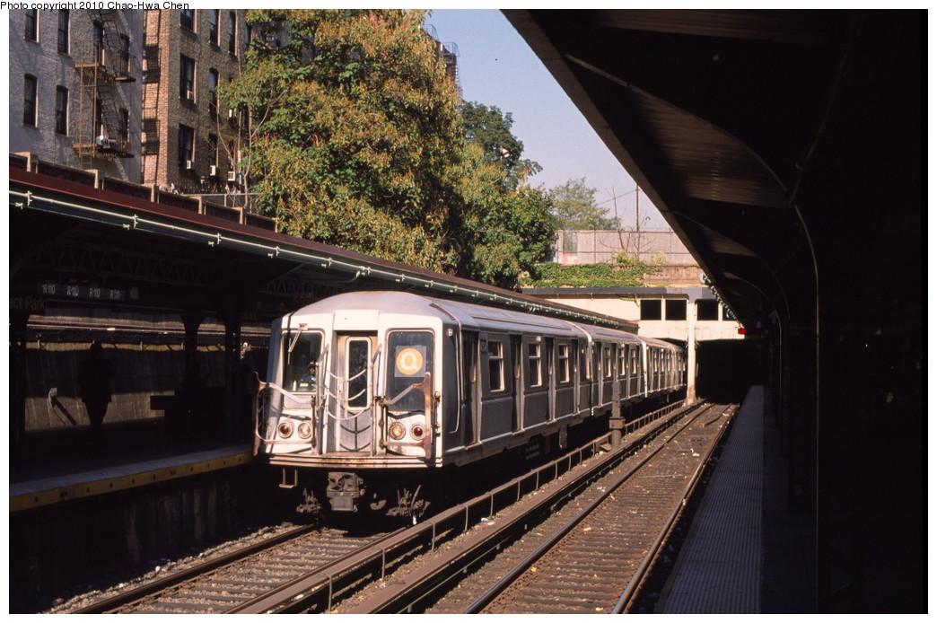 (216k, 1044x694)<br><b>Country:</b> United States<br><b>City:</b> New York<br><b>System:</b> New York City Transit<br><b>Line:</b> BMT Brighton Line<br><b>Location:</b> Prospect Park <br><b>Route:</b> Q<br><b>Car:</b> R-40 (St. Louis, 1968)   <br><b>Photo by:</b> Chao-Hwa Chen<br><b>Date:</b> 10/20/2000<br><b>Viewed (this week/total):</b> 3 / 1379