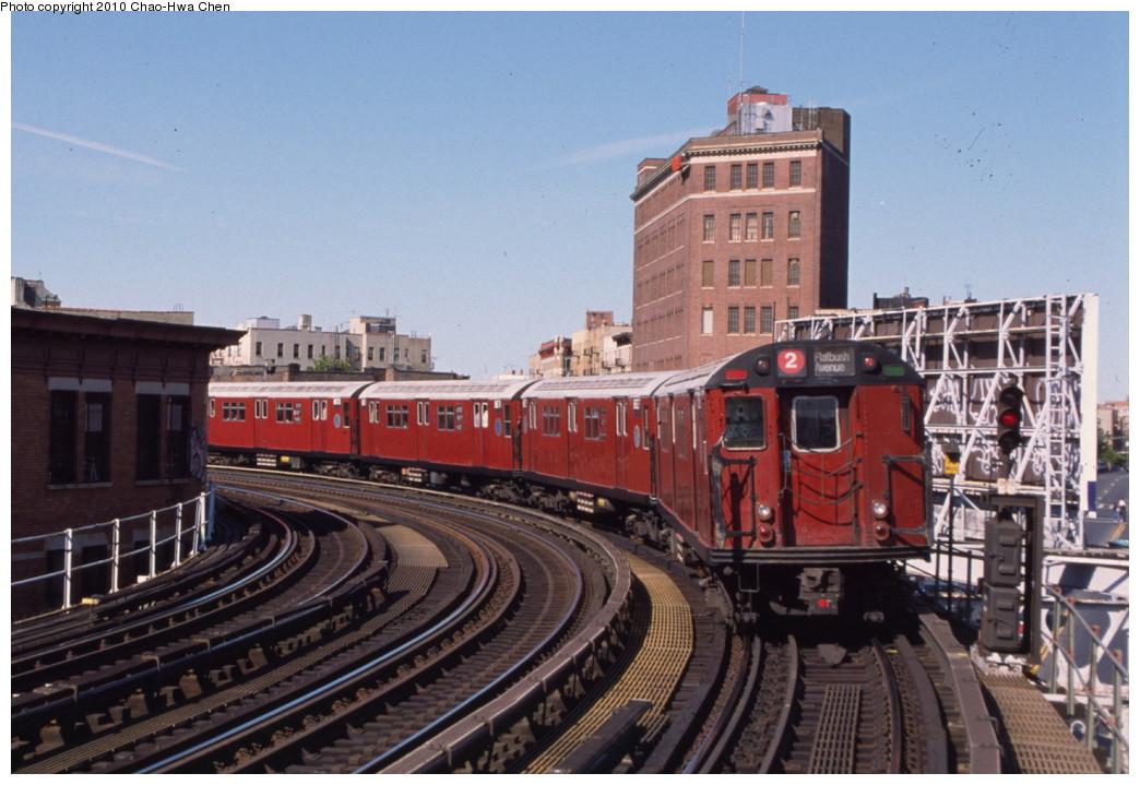 (197k, 1044x719)<br><b>Country:</b> United States<br><b>City:</b> New York<br><b>System:</b> New York City Transit<br><b>Line:</b> IRT White Plains Road Line<br><b>Location:</b> Simpson Street <br><b>Route:</b> 2<br><b>Car:</b> R-33 Main Line (St. Louis, 1962-63) 8826 <br><b>Photo by:</b> Chao-Hwa Chen<br><b>Date:</b> 8/9/1999<br><b>Viewed (this week/total):</b> 0 / 1698
