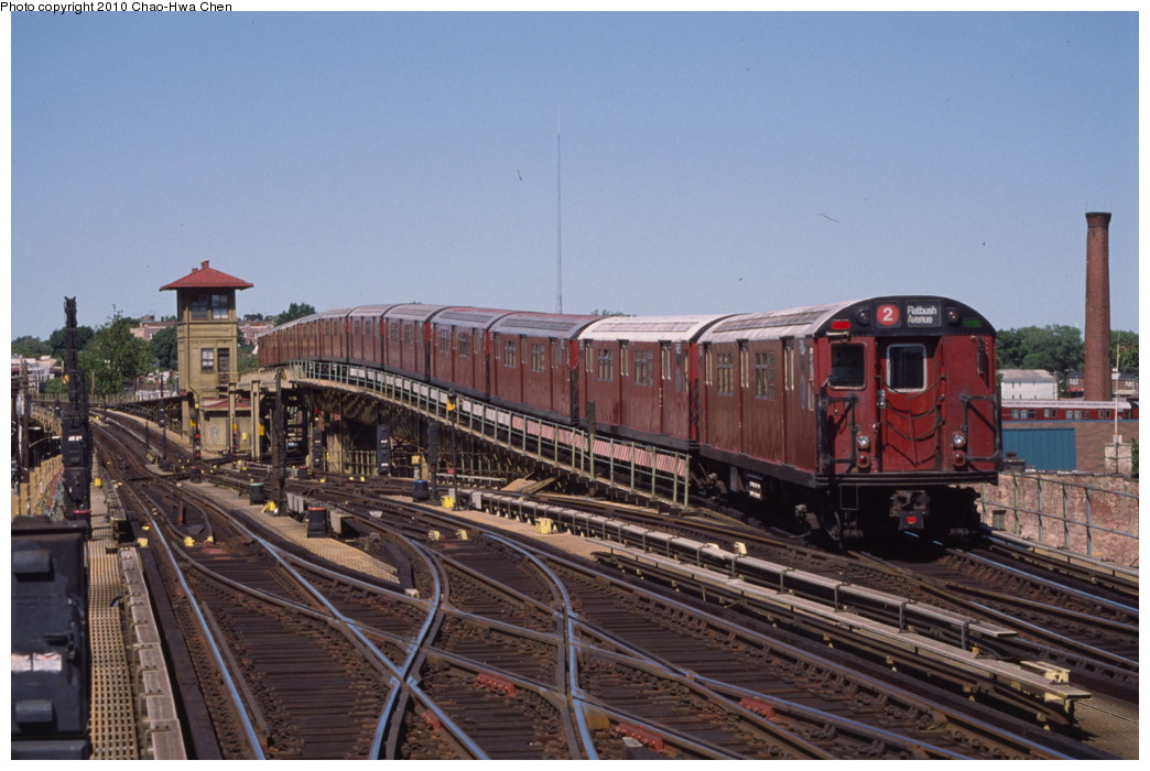(193k, 1044x700)<br><b>Country:</b> United States<br><b>City:</b> New York<br><b>System:</b> New York City Transit<br><b>Line:</b> IRT White Plains Road Line<br><b>Location:</b> 238th Street (Nereid Avenue) <br><b>Route:</b> 2<br><b>Car:</b> R-33 Main Line (St. Louis, 1962-63) 9164 <br><b>Photo by:</b> Chao-Hwa Chen<br><b>Date:</b> 8/9/1999<br><b>Viewed (this week/total):</b> 2 / 1758