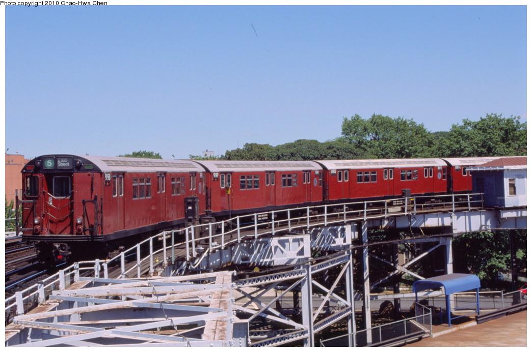 (196k, 1044x692)<br><b>Country:</b> United States<br><b>City:</b> New York<br><b>System:</b> New York City Transit<br><b>Line:</b> IRT White Plains Road Line<br><b>Location:</b> West Farms Sq./East Tremont Ave./177th St. <br><b>Route:</b> 5<br><b>Car:</b> R-33 Main Line (St. Louis, 1962-63) 9198 <br><b>Photo by:</b> Chao-Hwa Chen<br><b>Date:</b> 8/9/1999<br><b>Viewed (this week/total):</b> 0 / 1377