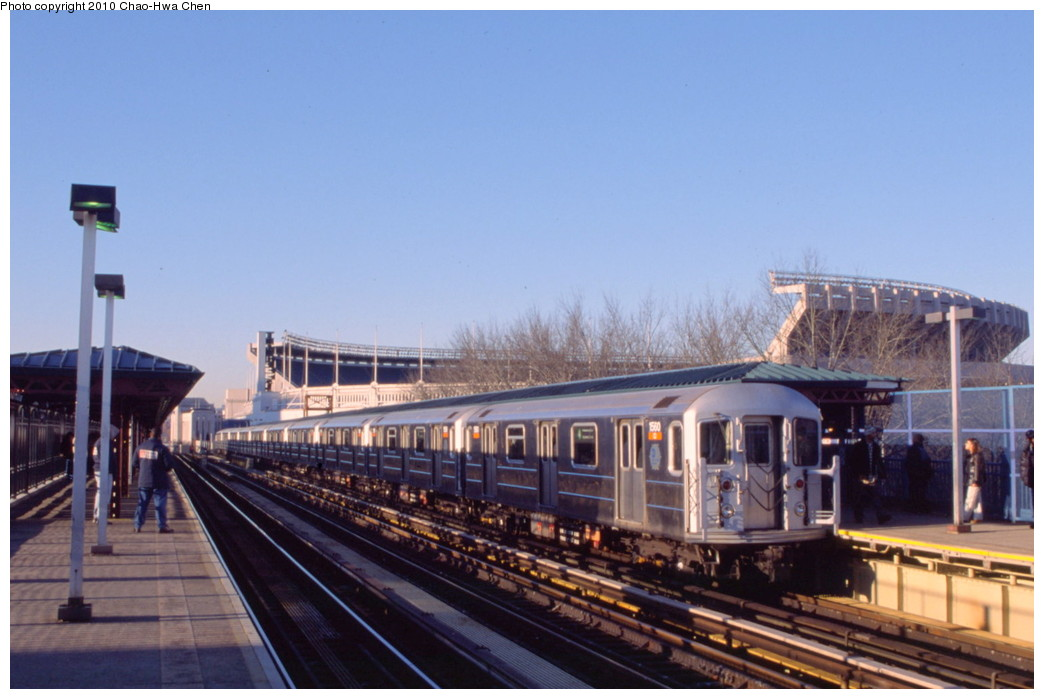(161k, 1044x699)<br><b>Country:</b> United States<br><b>City:</b> New York<br><b>System:</b> New York City Transit<br><b>Line:</b> IRT Woodlawn Line<br><b>Location:</b> 161st Street/River Avenue (Yankee Stadium) <br><b>Route:</b> 4<br><b>Car:</b> R-62 (Kawasaki, 1983-1985)  1560 <br><b>Photo by:</b> Chao-Hwa Chen<br><b>Date:</b> 3/6/2000<br><b>Viewed (this week/total):</b> 0 / 1082