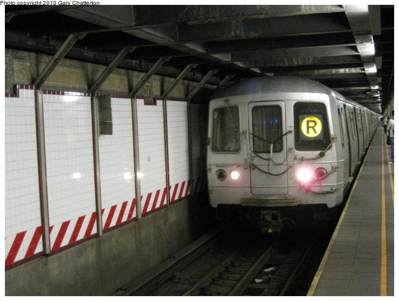 (128k, 820x620)<br><b>Country:</b> United States<br><b>City:</b> New York<br><b>System:</b> New York City Transit<br><b>Line:</b> BMT Broadway Line<br><b>Location:</b> 57th Street <br><b>Route:</b> R<br><b>Car:</b> R-46 (Pullman-Standard, 1974-75) 5522 <br><b>Photo by:</b> Gary Chatterton<br><b>Date:</b> 3/19/2010<br><b>Viewed (this week/total):</b> 1 / 1624