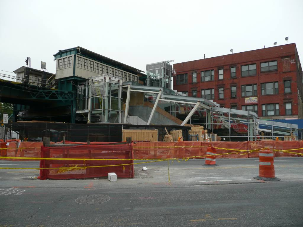 (120k, 1024x768)<br><b>Country:</b> United States<br><b>City:</b> New York<br><b>System:</b> New York City Transit<br><b>Line:</b> IRT Flushing Line<br><b>Location:</b> Court House Square/45th Road <br><b>Photo by:</b> Robbie Rosenfeld<br><b>Date:</b> 5/11/2010<br><b>Notes:</b> New transfer.<br><b>Viewed (this week/total):</b> 0 / 1219