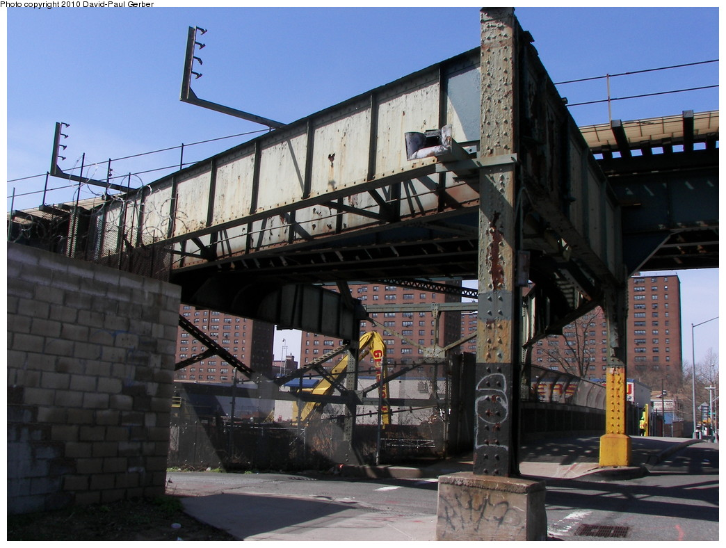 (282k, 1044x788)<br><b>Country:</b> United States<br><b>City:</b> New York<br><b>System:</b> New York City Transit<br><b>Line:</b> BMT Canarsie Line<br><b>Location:</b> Sutter Avenue <br><b>Photo by:</b> David-Paul Gerber<br><b>Date:</b> 4/3/2010<br><b>Notes:</b> Former ROW of original L line (to easternmost Atlantic Ave platform) which was eliminated during the 2003 realignment.<br><b>Viewed (this week/total):</b> 4 / 1570