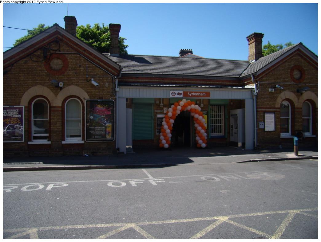 (208k, 1044x788)<br><b>Country:</b> United Kingdom<br><b>City:</b> London<br><b>System:</b> London Overground<br><b>Line:</b> East London<br><b>Location:</b> Sydenham <br><b>Photo by:</b> Fytton Rowland<br><b>Date:</b> 5/23/2010<br><b>Notes:</b> Sydenham station<br><b>Viewed (this week/total):</b> 0 / 500