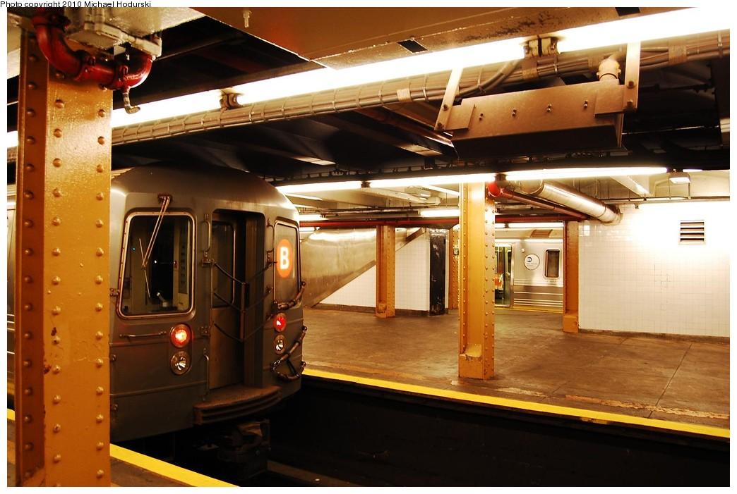 (215k, 1044x701)<br><b>Country:</b> United States<br><b>City:</b> New York<br><b>System:</b> New York City Transit<br><b>Line:</b> IND Concourse Line<br><b>Location:</b> 145th Street <br><b>Route:</b> B<br><b>Car:</b> R-68A (Kawasaki, 1988-1989)  5176 <br><b>Photo by:</b> Michael Hodurski<br><b>Date:</b> 10/15/2010<br><b>Viewed (this week/total):</b> 0 / 592