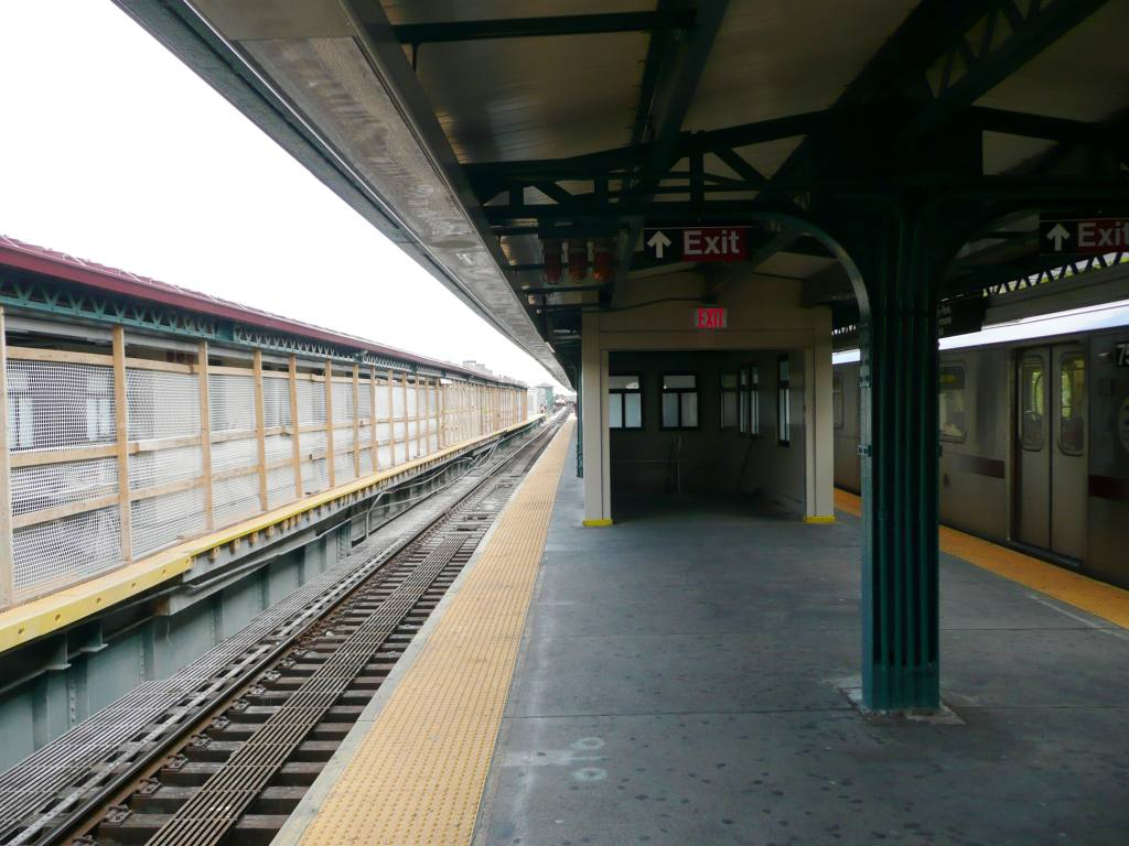 (104k, 1024x768)<br><b>Country:</b> United States<br><b>City:</b> New York<br><b>System:</b> New York City Transit<br><b>Line:</b> IRT Pelham Line<br><b>Location:</b> East 177th Street/Parkchester <br><b>Photo by:</b> Robbie Rosenfeld<br><b>Date:</b> 10/6/2010<br><b>Notes:</b> Platform view<br><b>Viewed (this week/total):</b> 3 / 1432