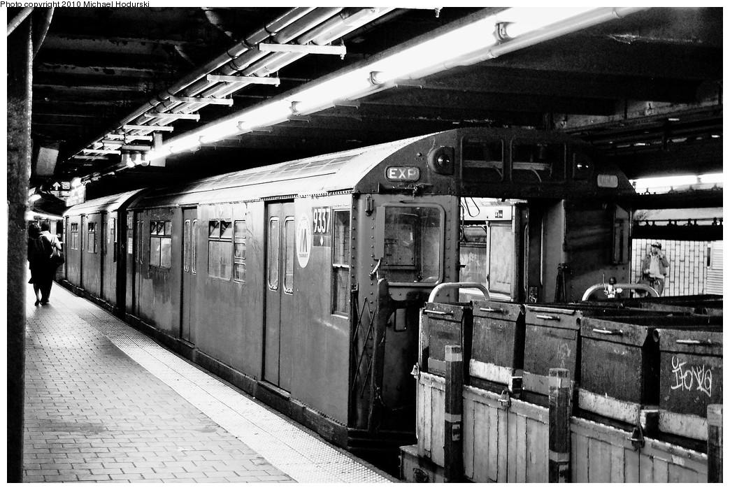 (280k, 1044x701)<br><b>Country:</b> United States<br><b>City:</b> New York<br><b>System:</b> New York City Transit<br><b>Line:</b> IND 8th Avenue Line<br><b>Location:</b> 125th Street <br><b>Route:</b> Work Service<br><b>Car:</b> R-33 World's Fair (St. Louis, 1963-64) 9337 <br><b>Photo by:</b> Michael Hodurski<br><b>Date:</b> 10/19/2010<br><b>Viewed (this week/total):</b> 0 / 1358