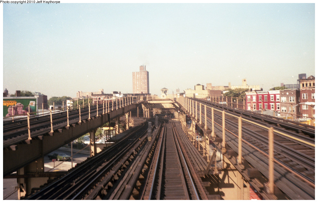 (232k, 1044x667)<br><b>Country:</b> United States<br><b>City:</b> New York<br><b>System:</b> New York City Transit<br><b>Line:</b> BMT Myrtle Avenue Line<br><b>Location:</b> Broadway/Myrtle Avenue (Upper Level) <br><b>Photo by:</b> Jeff Haythorpe<br><b>Date:</b> 1982<br><b>Notes:</b> View toward upper Broadway/Myrtle Ave. station.<br><b>Viewed (this week/total):</b> 6 / 3574