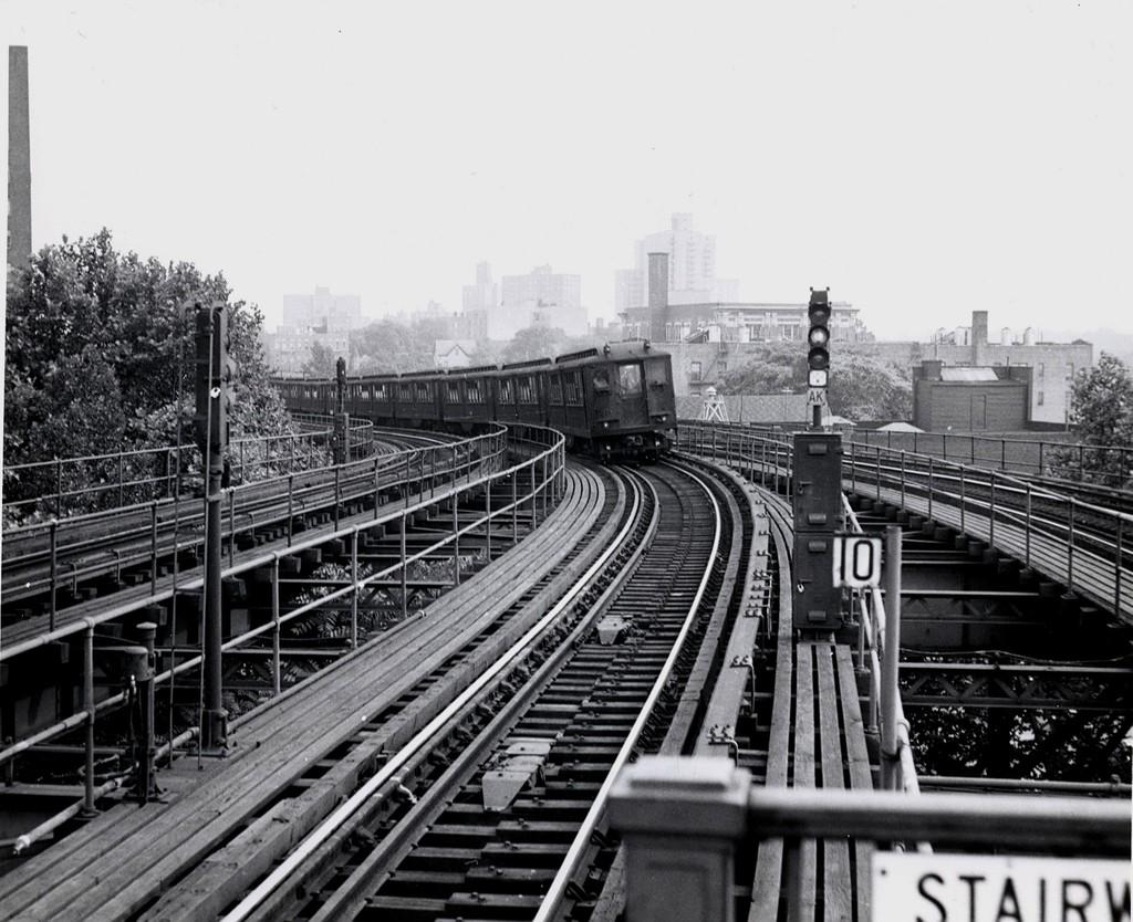 (214k, 1024x834)<br><b>Country:</b> United States<br><b>City:</b> New York<br><b>System:</b> New York City Transit<br><b>Line:</b> IRT White Plains Road Line<br><b>Location:</b> Gun Hill Road <br><b>Car:</b> Low-V  <br><b>Collection of:</b> George Conrad Collection<br><b>Viewed (this week/total):</b> 2 / 2928