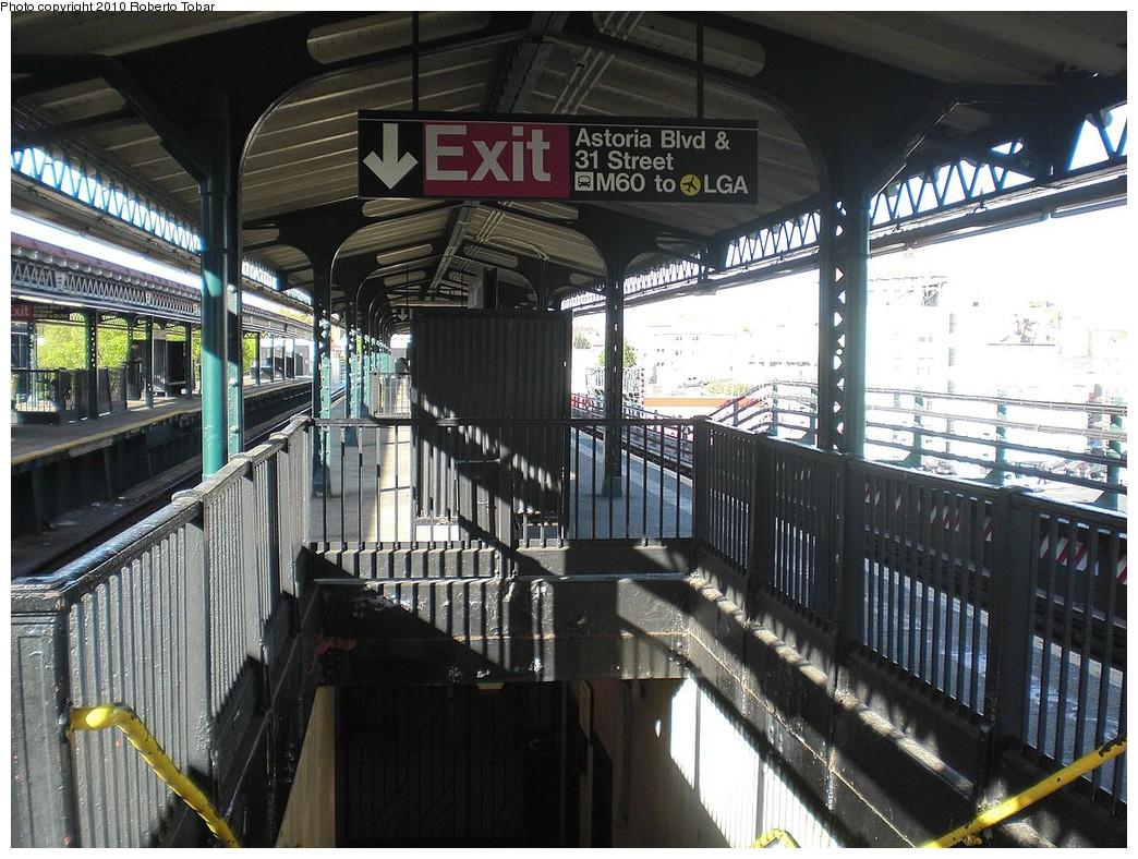 (294k, 1044x788)<br><b>Country:</b> United States<br><b>City:</b> New York<br><b>System:</b> New York City Transit<br><b>Line:</b> BMT Astoria Line<br><b>Location:</b> Astoria Boulevard/Hoyt Avenue <br><b>Photo by:</b> Roberto C. Tobar<br><b>Date:</b> 4/23/2010<br><b>Notes:</b> Platform view.<br><b>Viewed (this week/total):</b> 0 / 1323