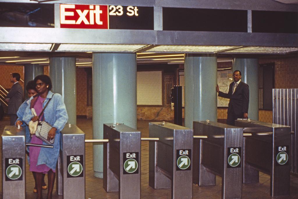 (236k, 1024x686)<br><b>Country:</b> United States<br><b>City:</b> New York<br><b>System:</b> New York City Transit<br><b>Line:</b> IRT East Side Line<br><b>Location:</b> 23rd Street <br><b>Collection of:</b> Collection of nycsubway.org <br><b>Date:</b> 10/1986<br><b>Viewed (this week/total):</b> 2 / 6080