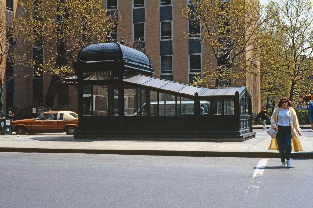(642k, 1024x683)<br><b>Country:</b> United States<br><b>City:</b> New York<br><b>System:</b> New York City Transit<br><b>Line:</b> IRT East Side Line<br><b>Location:</b> Astor Place <br><b>Collection of:</b> Collection of nycsubway.org <br><b>Date:</b> 10/1986<br><b>Viewed (this week/total):</b> 0 / 2657