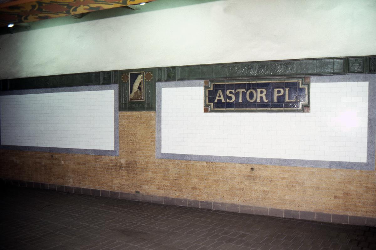 (218k, 1024x688)<br><b>Country:</b> United States<br><b>City:</b> New York<br><b>System:</b> New York City Transit<br><b>Line:</b> IRT East Side Line<br><b>Location:</b> Astor Place <br><b>Collection of:</b> Collection of nycsubway.org <br><b>Date:</b> 10/1986<br><b>Viewed (this week/total):</b> 2 / 2158