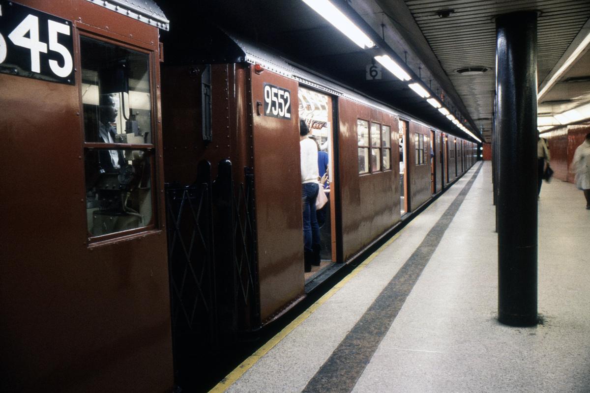 (305k, 1024x683)<br><b>Country:</b> United States<br><b>City:</b> New York<br><b>System:</b> New York City Transit<br><b>Line:</b> IRT East Side Line<br><b>Location:</b> Bowling Green <br><b>Route:</b> 5<br><b>Car:</b> R-36 Main Line (St. Louis, 1964) 9552 <br><b>Collection of:</b> Collection of nycsubway.org <br><b>Date:</b> 1988<br><b>Viewed (this week/total):</b> 0 / 5016