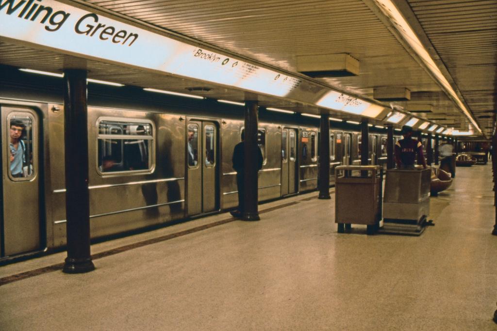 (348k, 1024x683)<br><b>Country:</b> United States<br><b>City:</b> New York<br><b>System:</b> New York City Transit<br><b>Line:</b> IRT East Side Line<br><b>Location:</b> Bowling Green <br><b>Route:</b> 4<br><b>Car:</b> R-62 (Kawasaki, 1983-1985)  1575 <br><b>Collection of:</b> Collection of nycsubway.org <br><b>Notes:</b> 1980s<br><b>Viewed (this week/total):</b> 2 / 4988