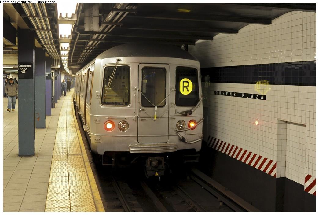 (173k, 1044x703)<br><b>Country:</b> United States<br><b>City:</b> New York<br><b>System:</b> New York City Transit<br><b>Line:</b> IND Queens Boulevard Line<br><b>Location:</b> Queens Plaza <br><b>Route:</b> R<br><b>Car:</b> R-46 (Pullman-Standard, 1974-75) 5510 <br><b>Photo by:</b> Richard Panse<br><b>Date:</b> 12/5/2010<br><b>Viewed (this week/total):</b> 0 / 960
