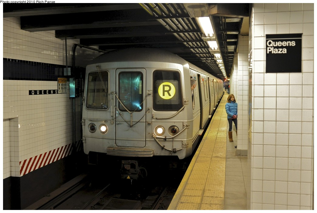(167k, 1044x702)<br><b>Country:</b> United States<br><b>City:</b> New York<br><b>System:</b> New York City Transit<br><b>Line:</b> IND Queens Boulevard Line<br><b>Location:</b> Queens Plaza <br><b>Route:</b> R<br><b>Car:</b> R-46 (Pullman-Standard, 1974-75) 5768 <br><b>Photo by:</b> Richard Panse<br><b>Date:</b> 12/5/2010<br><b>Viewed (this week/total):</b> 0 / 905