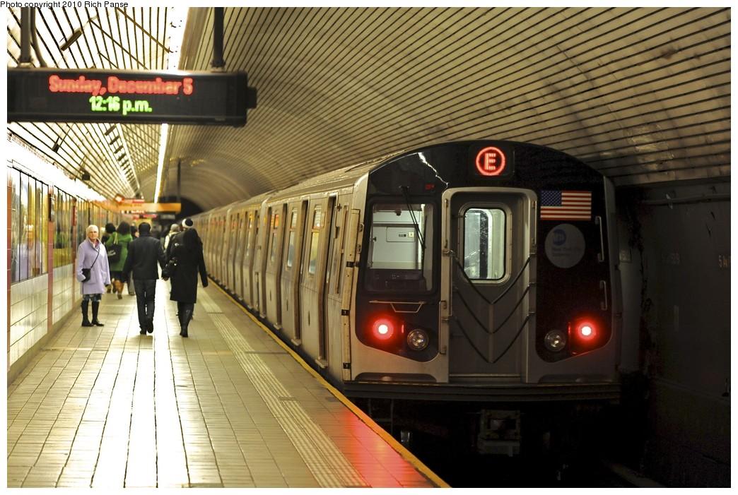 (210k, 1044x701)<br><b>Country:</b> United States<br><b>City:</b> New York<br><b>System:</b> New York City Transit<br><b>Line:</b> IND Queens Boulevard Line<br><b>Location:</b> 5th Avenue/53rd Street <br><b>Route:</b> E<br><b>Car:</b> R-160A (Option 1) (Alstom, 2008-2009, 5 car sets)  9522 <br><b>Photo by:</b> Richard Panse<br><b>Date:</b> 12/5/2010<br><b>Viewed (this week/total):</b> 0 / 1718