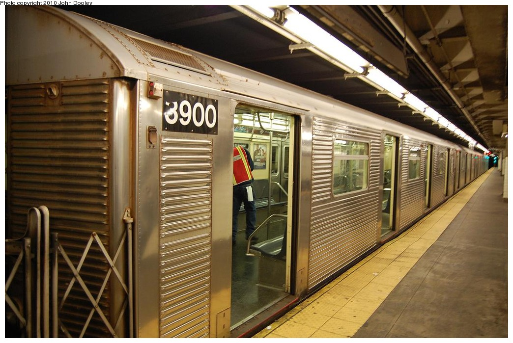 (237k, 1044x699)<br><b>Country:</b> United States<br><b>City:</b> New York<br><b>System:</b> New York City Transit<br><b>Line:</b> IND 8th Avenue Line<br><b>Location:</b> 168th Street <br><b>Route:</b> C<br><b>Car:</b> R-32 (Budd, 1964)  3900 <br><b>Photo by:</b> John Dooley<br><b>Date:</b> 12/3/2010<br><b>Viewed (this week/total):</b> 0 / 1306