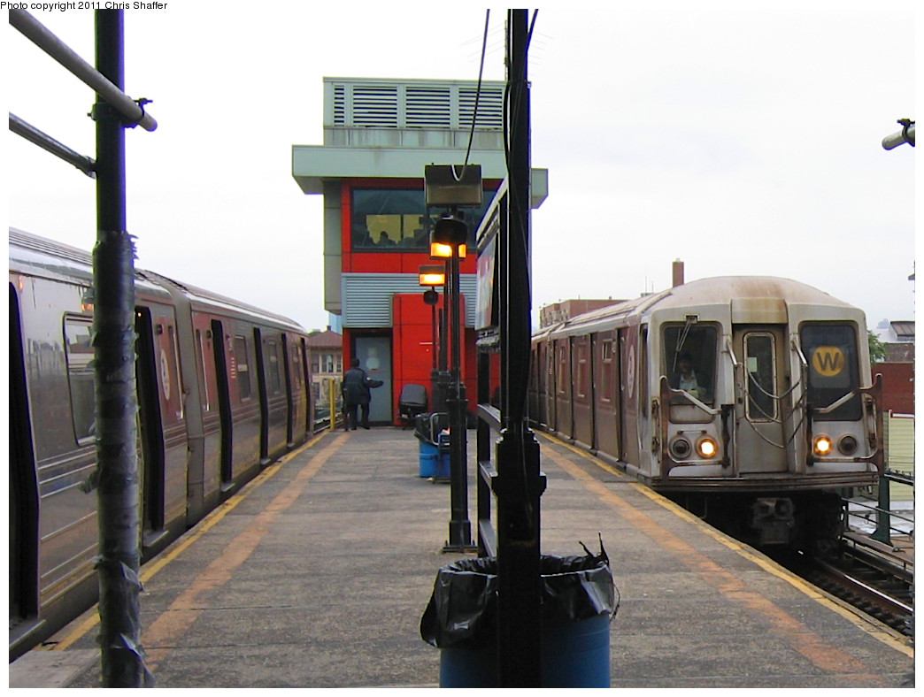 (212k, 1044x788)<br><b>Country:</b> United States<br><b>City:</b> New York<br><b>System:</b> New York City Transit<br><b>Line:</b> BMT Astoria Line<br><b>Location:</b> Astoria Boulevard/Hoyt Avenue <br><b>Route:</b> W<br><b>Car:</b> R-40 (St. Louis, 1968)  4292 <br><b>Photo by:</b> Chris C. Shaffer<br><b>Date:</b> 10/24/2007<br><b>Viewed (this week/total):</b> 0 / 1216