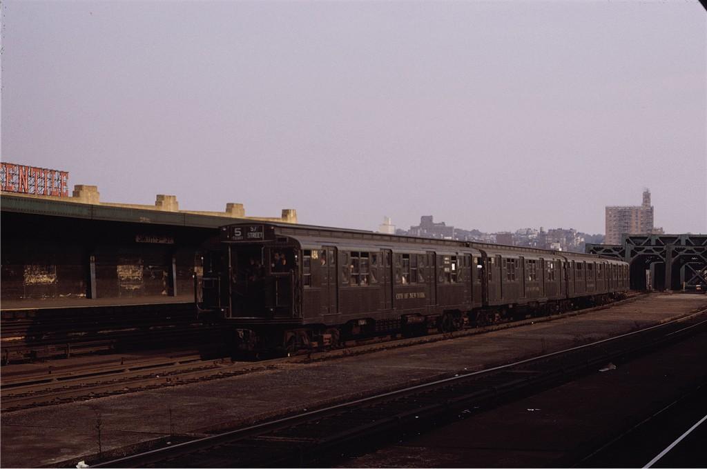(124k, 1024x680)<br><b>Country:</b> United States<br><b>City:</b> New York<br><b>System:</b> New York City Transit<br><b>Line:</b> IND Crosstown Line<br><b>Location:</b> Smith/9th Street <br><b>Route:</b> Fan Trip<br><b>Car:</b> R-4 (American Car & Foundry, 1932-1933) 484 <br><b>Photo by:</b> Joe Testagrose<br><b>Date:</b> 10/30/1971<br><b>Viewed (this week/total):</b> 1 / 830