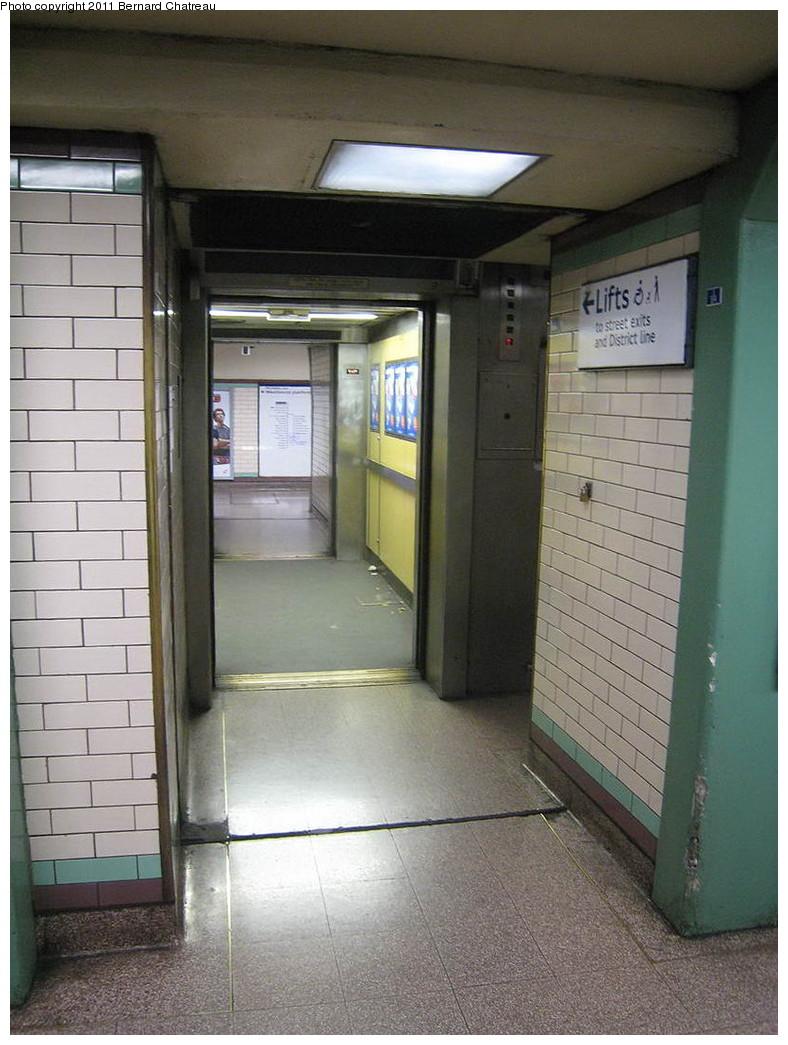 (206k, 788x1045)<br><b>Country:</b> United Kingdom<br><b>City:</b> London<br><b>System:</b> London Underground<br><b>Line:</b> Piccadilly<br><b>Location:</b> Earl's Court <br><b>Photo by:</b> Bernard Chatreau<br><b>Date:</b> 7/12/2008<br><b>Viewed (this week/total):</b> 0 / 418