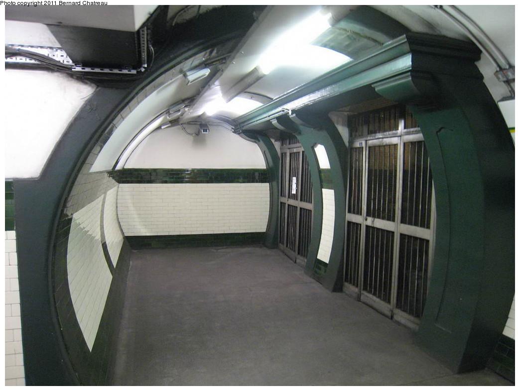 (178k, 1044x786)<br><b>Country:</b> United Kingdom<br><b>City:</b> London<br><b>System:</b> London Underground<br><b>Line:</b> Piccadilly<br><b>Location:</b> Gloucester Road <br><b>Photo by:</b> Bernard Chatreau<br><b>Date:</b> 7/12/2008<br><b>Viewed (this week/total):</b> 0 / 336