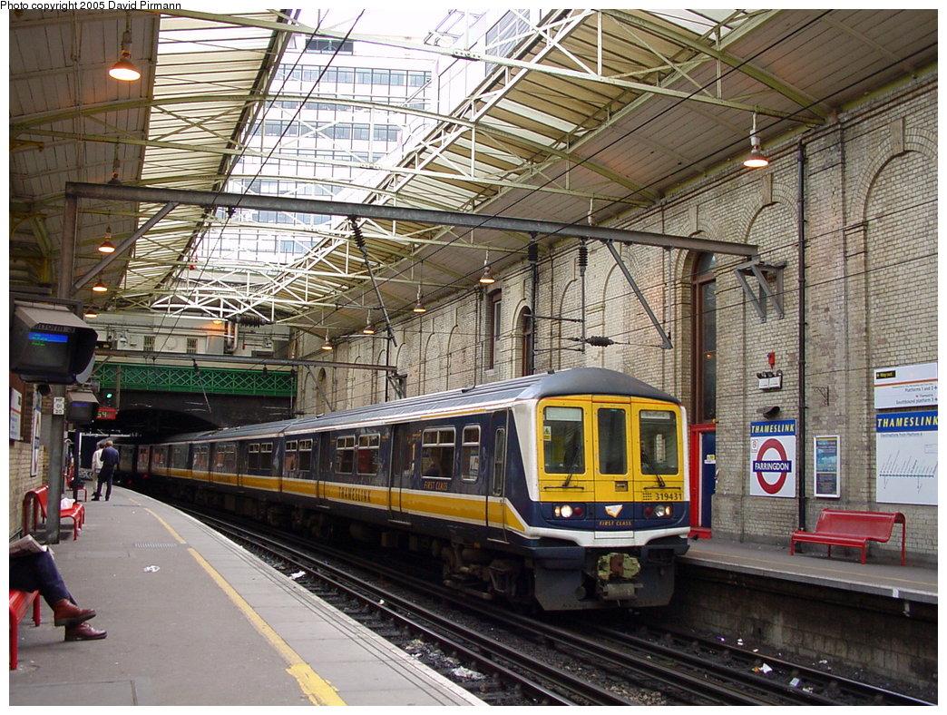 (258k, 1044x788)<br><b>Country:</b> United Kingdom<br><b>City:</b> London<br><b>System:</b> London Main Line Rail<br><b>Location:</b> Farringdon<br><b>Photo by:</b> David Pirmann<br><b>Date:</b> 4/21/2000<br><b>Notes:</b> Thameslink side of Farringdon Metropolitan line station<br><b>Viewed (this week/total):</b> 3 / 4035
