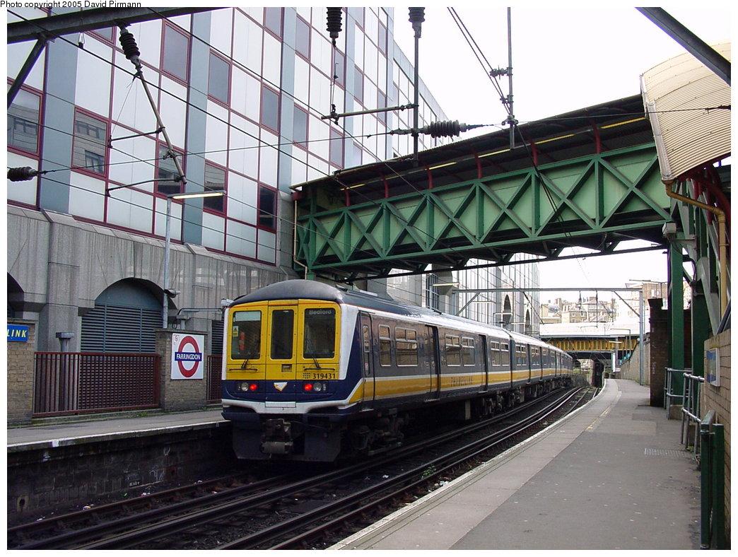 (222k, 1044x788)<br><b>Country:</b> United Kingdom<br><b>City:</b> London<br><b>System:</b> London Main Line Rail<br><b>Location:</b> Farringdon<br><b>Photo by:</b> David Pirmann<br><b>Date:</b> 4/21/2000<br><b>Notes:</b> Thameslink side of Farringdon Metropolitan line station<br><b>Viewed (this week/total):</b> 10 / 3640