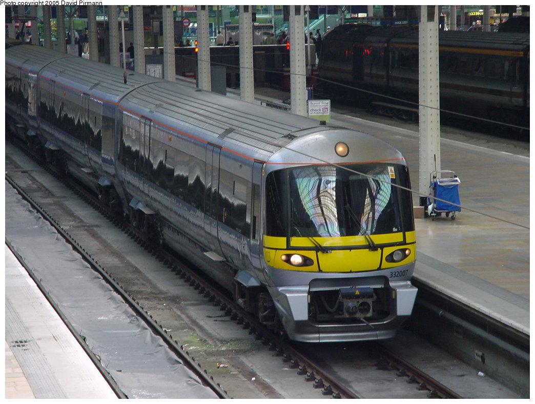 (169k, 1044x788)<br><b>Country:</b> United Kingdom<br><b>City:</b> London<br><b>System:</b> London Main Line Rail<br><b>Location:</b> Paddington<br><b>Route:</b> Heathrow Express<br><b>Photo by:</b> David Pirmann<br><b>Date:</b> 4/22/2000<br><b>Viewed (this week/total):</b> 0 / 3881