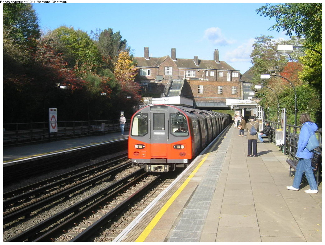 (274k, 1044x788)<br><b>Country:</b> United Kingdom<br><b>City:</b> London<br><b>System:</b> London Underground<br><b>Line:</b> Jubilee<br><b>Location:</b> Kingsbury<br><b>Car:</b> 1996 Tube Stock 96039 <br><b>Photo by:</b> Bernard Chatreau<br><b>Date:</b> 10/30/2007<br><b>Viewed (this week/total):</b> 0 / 455