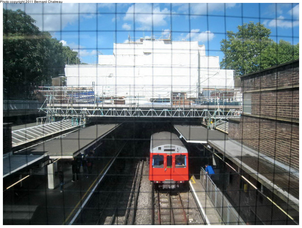 (246k, 1044x788)<br><b>Country:</b> United Kingdom<br><b>City:</b> London<br><b>System:</b> London Underground<br><b>Line:</b> District<br><b>Location:</b> Earl's Court <br><b>Route:</b> City District<br><b>Car:</b> D Stock 7002 <br><b>Photo by:</b> Bernard Chatreau<br><b>Date:</b> 7/12/2008<br><b>Viewed (this week/total):</b> 0 / 416