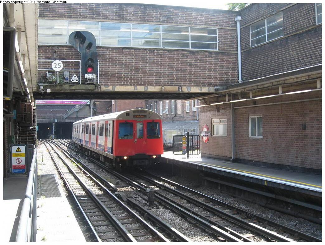 (284k, 1044x788)<br><b>Country:</b> United Kingdom<br><b>City:</b> London<br><b>System:</b> London Underground<br><b>Line:</b> District<br><b>Location:</b> Earl's Court <br><b>Route:</b> City District<br><b>Car:</b> D Stock 7117 <br><b>Photo by:</b> Bernard Chatreau<br><b>Date:</b> 7/12/2008<br><b>Viewed (this week/total):</b> 1 / 386
