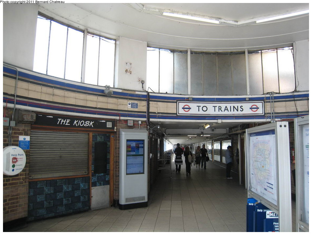 (200k, 1044x788)<br><b>Country:</b> United Kingdom<br><b>City:</b> London<br><b>System:</b> London Underground<br><b>Line:</b> District<br><b>Location:</b> Earl's Court <br><b>Photo by:</b> Bernard Chatreau<br><b>Date:</b> 7/12/2008<br><b>Viewed (this week/total):</b> 0 / 436
