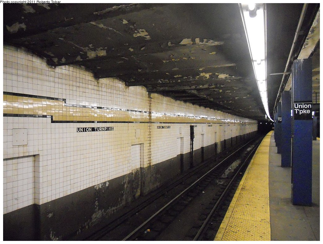 (292k, 1044x788)<br><b>Country:</b> United States<br><b>City:</b> New York<br><b>System:</b> New York City Transit<br><b>Line:</b> IND Queens Boulevard Line<br><b>Location:</b> Union Turnpike/Kew Gardens <br><b>Photo by:</b> Roberto C. Tobar<br><b>Date:</b> 3/25/2011<br><b>Notes:</b> Platform view.<br><b>Viewed (this week/total):</b> 0 / 1080